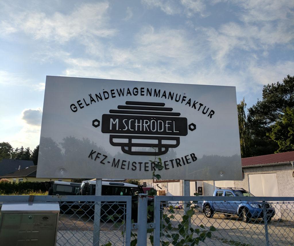 Einfahrt / Schild der Werkstatt (Geländewagen Manufaktur)