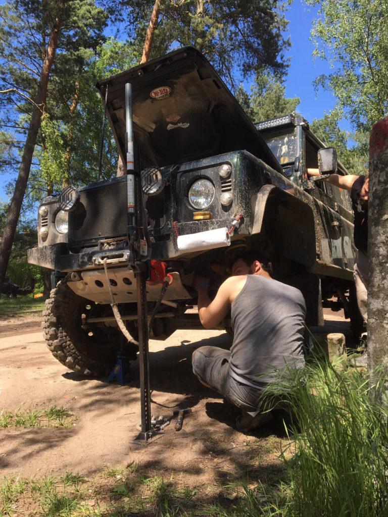 Land Rover Defender Reparatur im Gelände